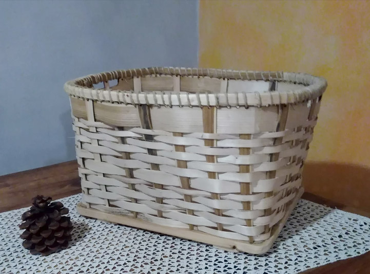 """MANI CHE INTRECCIANO CUSPIE/Weaving a large stripes basket"""